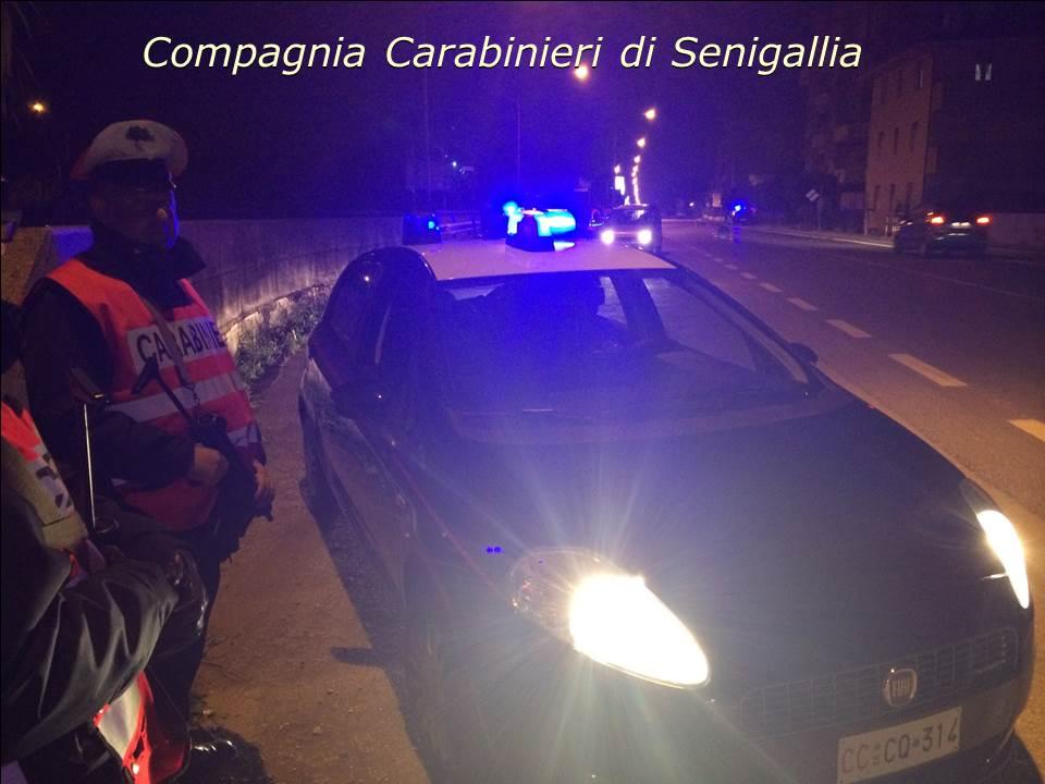 Giovane rumena nuda si scaglia contro i carabinieri