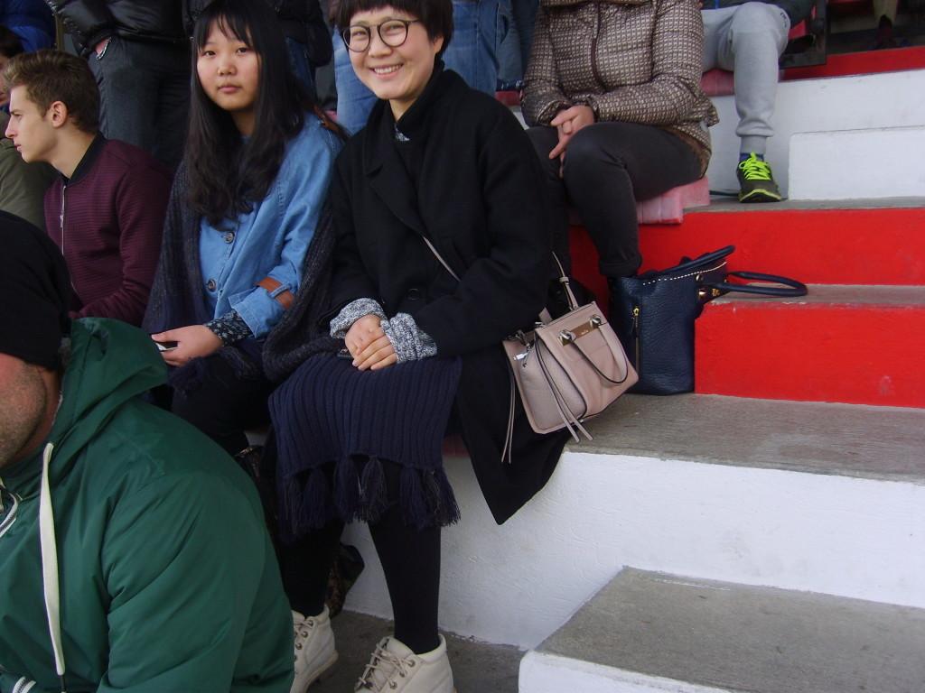 Ci sono anche due cinesine a tifare Urbania calcio