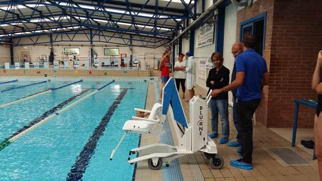 FALCONARA / Gli assessori Fiorentini e Rossi in piscina per vedere da vicino la sedia elevatrice per diversamente abili