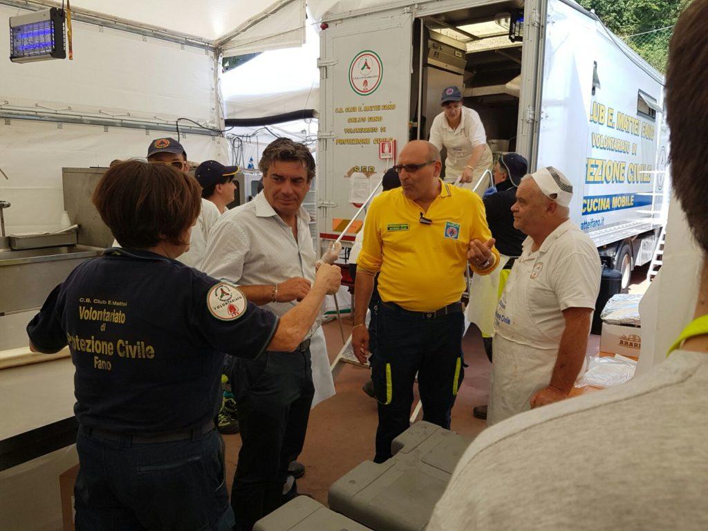 Il sindaco Massimo Seri ad Arquata del Tronto tra i volontari di Fano
