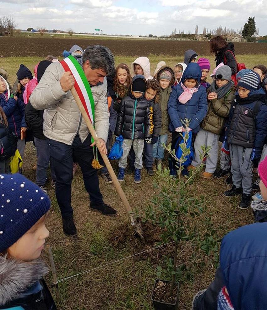 Un albero ogni nuovo nato, tanti bambini alla festa organizzata a Fano