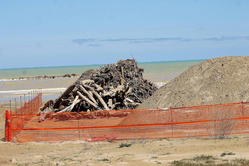 Finalmente anche sulla spiaggia di Senigallia si separa la sabbia dai detriti