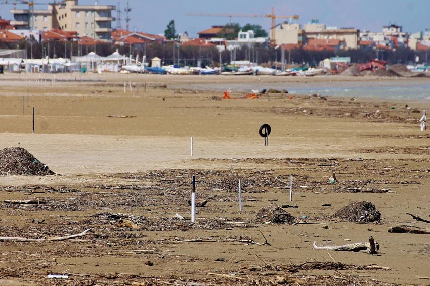 Il mare continua a scaricare sulla spiaggia di Senigallia detriti di ogni genere