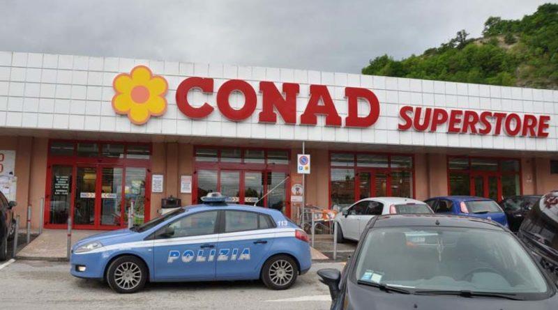 Individuati dalla Polizia gli autori di furti di denaro in due supermercati di Urbino e Mondolfo: tre denunce