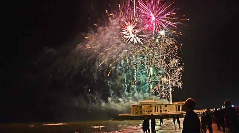 Sulla spiaggia di Senigallia una serata incantevole illuminata dai colori esplosivi dei fuochi pirotecnici