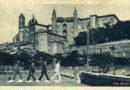 I Beatles sotto l'ombra dei torricini di Urbino in un fotomontaggio che fa sgranare gli occhi