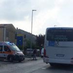 MONDOLFO / Diciassettenne travolta da un furgone appena scesa dal pullman, al ritorno da scuola