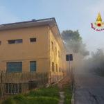 In fiamme a Falconara una palazzina abbandonata, intervengono i vigili del fuoco