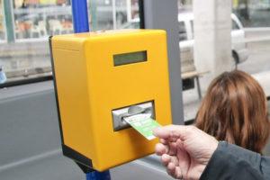 Salgono sul pullman con i soldi in mano ma la macchinetta dei biglietti non funziona: quattro ragazzine sanzionate dai controllori