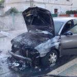Auto in fiamme in via Boccherini, vicino al Parco della Pace