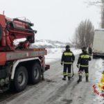Un camion è finito fuori strada per il ghiaccio a Serra de' Conti, rimesso in carreggiata dai vigili del fuoco