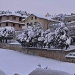 Ad Arcevia sta terminando l'emergenza neve e ghiaccio ma gli operai restano impegnati a liberare strade e parcheggi
