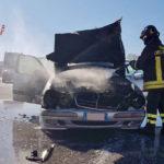 Auto in fiamme sull'autostrada a Falconara, i vigili del fuoco mettono in sicurezza l'area