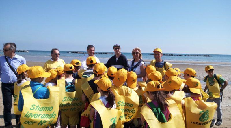 Lions club Senigallia, Legambiente e alunni della scuola primaria puliscono la spiaggia di Cesanella