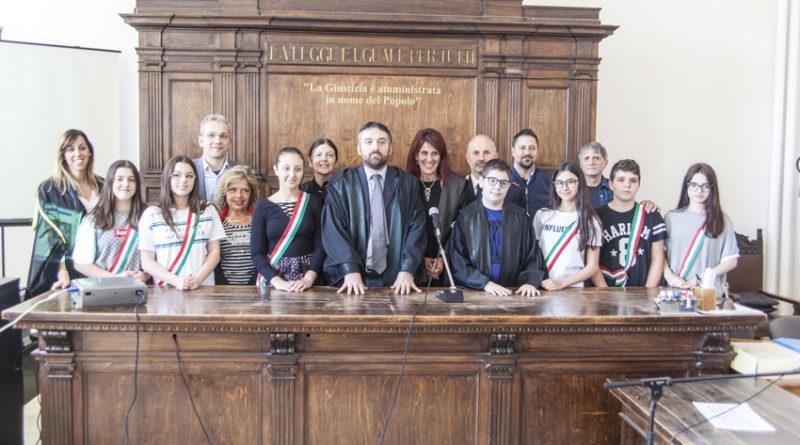 Diffamazione su Facebook ed estorsione verso un compagno di classe, condannato uno studente: processo simulato ad Urbino