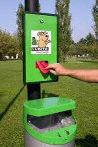 Tanti cani lungo le strade di Senigallia ma i cestini per la raccolta delle feci sono pochi