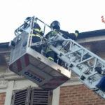 Grondaia pericolante a Falconara, pronto intervento dei vigili del fuoco