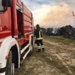 Un deposito di balle di fieno in fiamme alla periferia di Chiaravalle