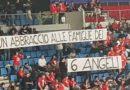 """""""Un abbraccio alle famiglie dei 6 angeli"""": a Pesaro uno striscione dei tifosi della Vuelle per ricordare le vittime di Corinaldo"""