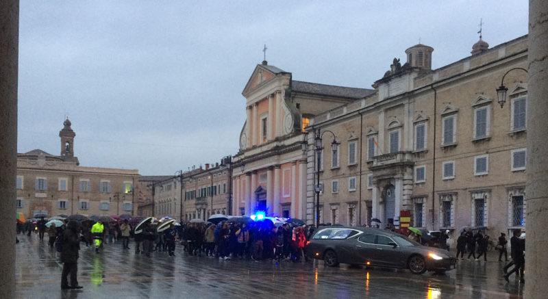 Una grande folla e tanti giovani a Senigallia per l'addio a Daniele Pongetti
