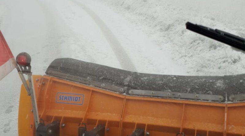 La neve crea i primi disagi lungo le strade dell'entroterra pesarese