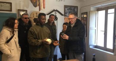 La favola di Jeffery, in fuga dalla Nigeria, continua a Montecarotto: aperto il museo della civiltà contadina