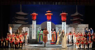 """Ben 560 studenti di Jesi, Senigallia, Falconara e Osimo in scena al Teatro Pergolesi nello spettacolo musicale """"Turandot"""""""